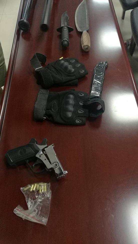 警方收缴的涉案道具和枪支。长沙警方供图