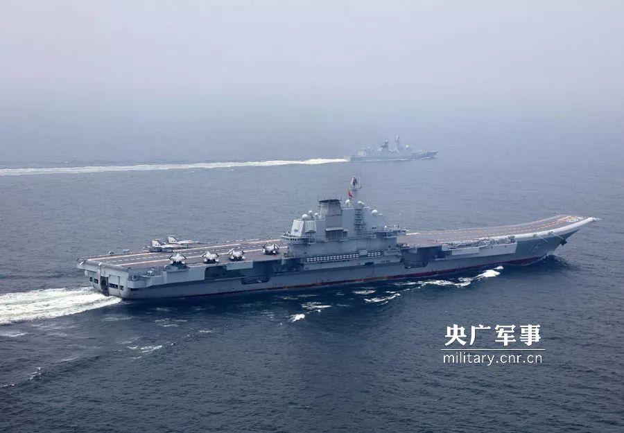 穿越台湾海峡的辽宁舰(央广军事)