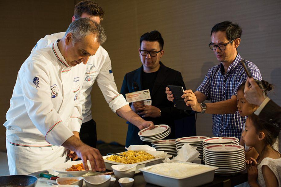 """6月25日,意大利厨师在罗马举行的""""兰州牛肉拉面牵手意大利面""""活动上制作意大利面。当日,""""兰州牛肉拉面牵手意大利面""""暨兰州市文化旅游推介活动在意大利罗马拉开帷幕,来自中意两国的厨师在活动现场""""同台竞技""""。此外,兰州市还带来了特色演出和民间手工技艺展示。新华社记者金宇摄"""