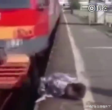 一个普通小伙,在火车到来一瞬间,救起铁路上的婴儿,功德无量!