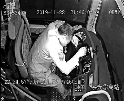 公交司机突发脑梗 之后行为被赞教科书式操作|教科书