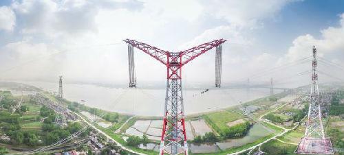 4月15日,这是导线展放后的昌古特高压长江大跨越工程北岸跨越塔。当天,世界电压等级最高的特高压大跨越——昌古特高压长江大跨越工程全线贯通。(新华社)