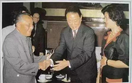 邓小平(左一)和郭鹤年。