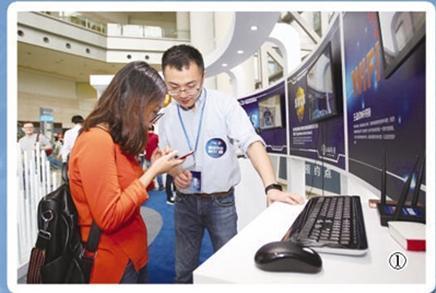 观众(左)在青少年网络安全活动体验展上向参展人员了解青少年网络安全知识。   新华社记者 杜潇逸摄