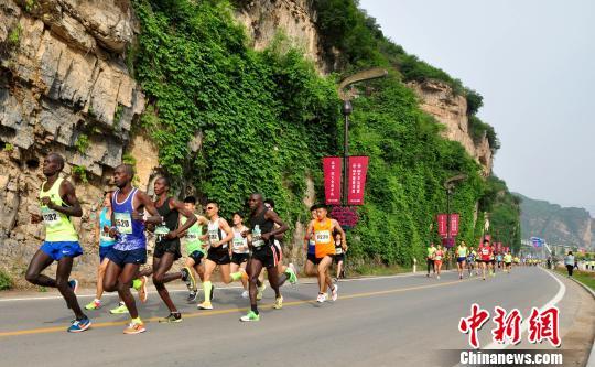 中外选手奔跑在野三坡百里峡大道上。 赵庆斌 摄