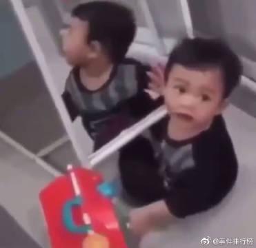 最近疯传的一段诡异视频:视频里为东南亚的一个小男童在对着镜子