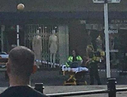 1名伤者被抬到担架上