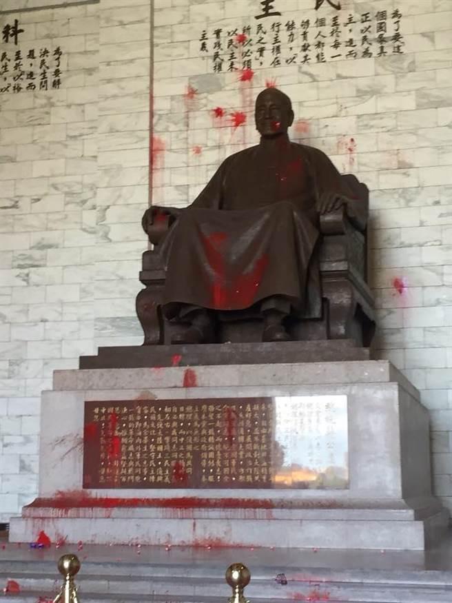 """蒋介石像被""""台独""""泼漆  国民党:撕裂族群的行为"""