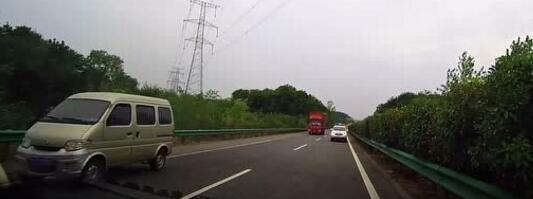导航领司机玩命!高速上,新手司机对向车道逆行40公里!