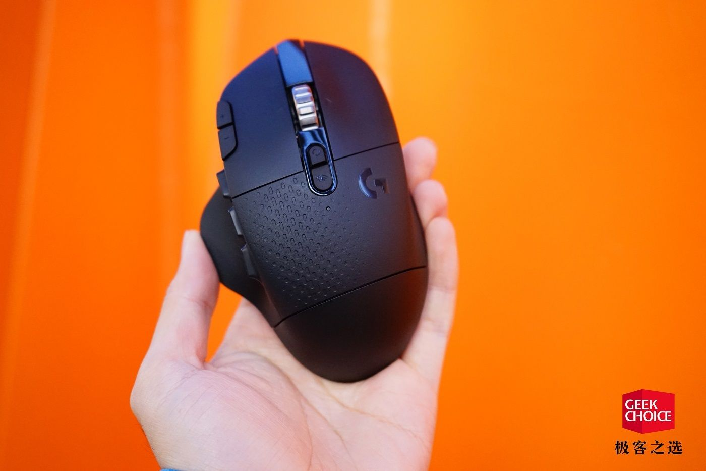罗技 G604 无线游戏鼠标:可编程按键+双模滚轮,让你无缝切换双设备