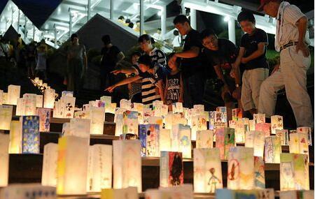 日本长崎纪念核爆73周年 燃烛祈盼和平(图)