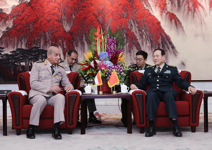 10月20日,国务委员兼国防部少魏凤战正在八一年夜楼取去华列席第九届北京喷鼻山论坛的埃及国防战兵工消费部少扎基举办漫谈。李晓伟摄