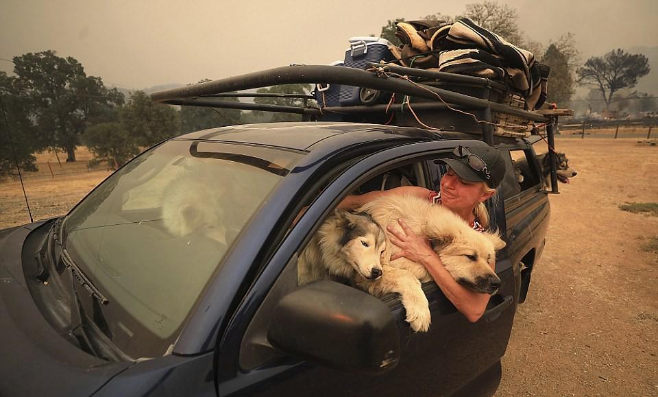 正在撤离的加州民众