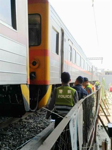 高雄铁路地下化工人疑躲避不及遭火车撞死。(图:台湾《中时电子报》/柯宗纬翻摄)