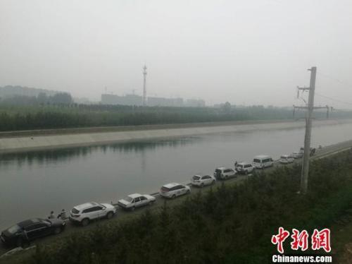 图为5月11日下午,郑州水上救援队打捞空姐遇害案嫌疑犯现场。刘鹏 摄