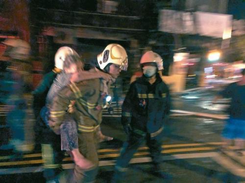 消防人员救人。图片来源:台湾联合新闻网。