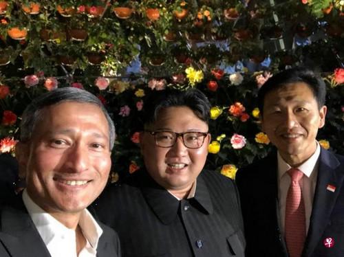 11日,新加坡外交部长维文(左)和教育部长王乙康(右)在陪金正恩夜游时自拍留念。(新加坡《联合早报》网站)
