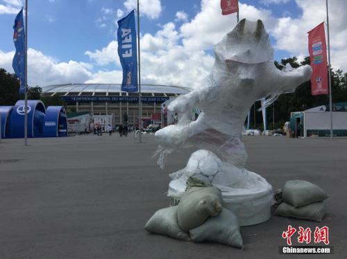 莫斯科卢日尼基体育场,场外吉祥物还未揭开面纱。中新社记者 富田 摄