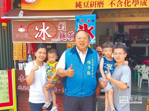 陈子敬(中)勤访基层以争取选民认同。图片来源:台湾《中国时报》(陈子敬提供)