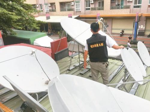 两男子涉嫌使用大量的卫星接收器,接收有线电视数字讯号。图片来源:台湾《联合报》记者李奕昕/翻摄