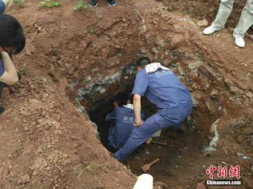资料图:四川省环境监测总站专家及地勘人员对涉嫌多氯联苯污染的点进行土壤采样。田雪皎 摄