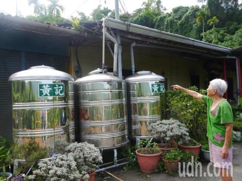 因家中无自来水,老人从屋顶收集雨水,集中存放。台湾《联合报》记者徐白樱摄影