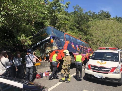台湾游览车车祸致29伤 疑因车速过快座椅未锁牢