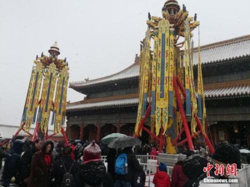 资料图:2月12日,北京城区迎来大规模降雪,众多游客到故宫打卡赏雪。中新网记者 上官云 摄