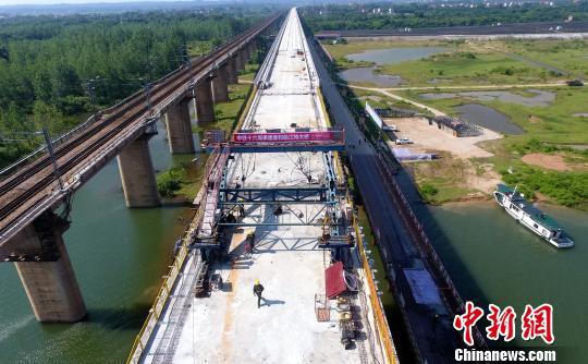 5月16日,由昌九城际铁路公司建设、中铁十六局施工的昌赣高铁泰和赣江特大桥顺利合龙。 刘占昆 摄