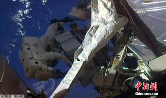 当地时间5月16日,国际空间站上两名宇航员出舱太空行走,更换检查空间站外置冷却箱。(视频截图)