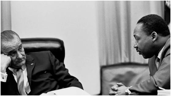 岗本洋一拍摄的约翰逊总统(左)的照片。