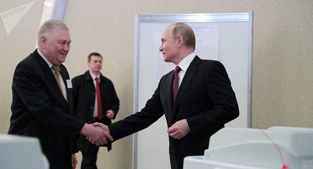 普京在俄罗斯总统选举中投下自己的一票