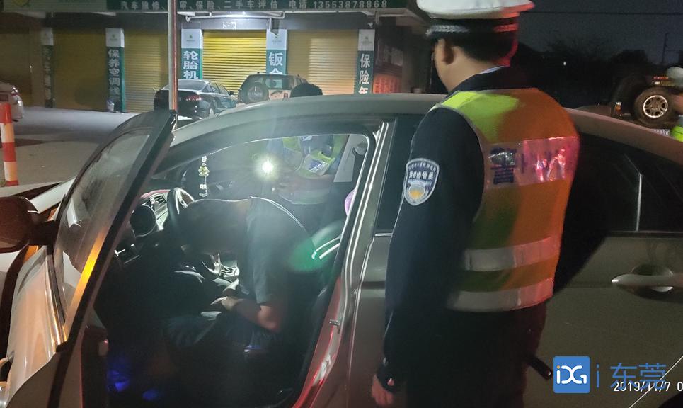 红绿灯路口酣睡 桥头一醉驾司机被查