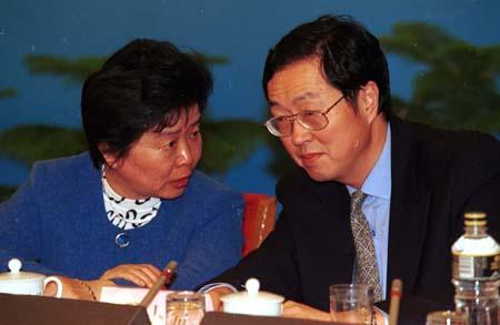 """2000年,周小川与吴晓灵在""""中国发展高层论坛""""上。"""