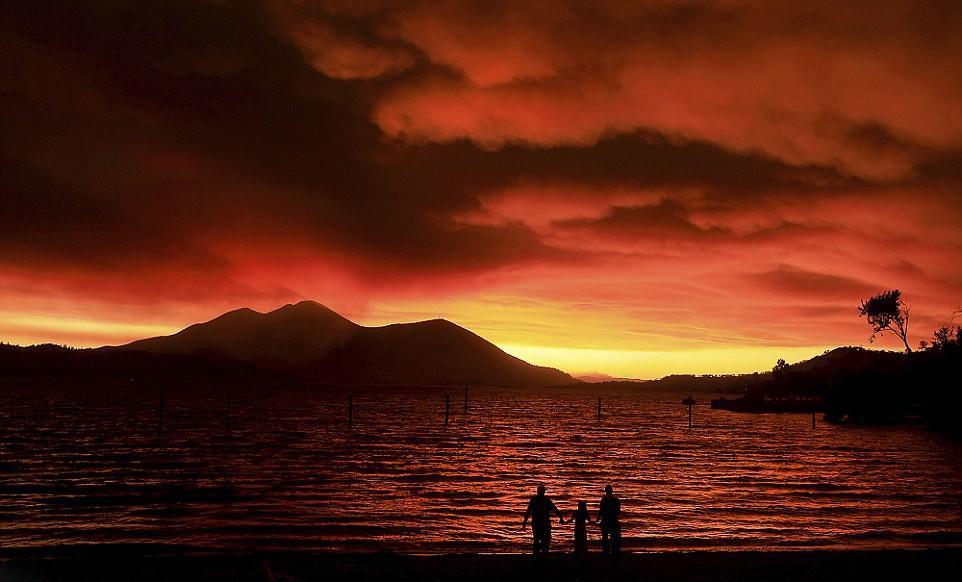 """隔湖可见的""""门多西诺双重山火"""""""