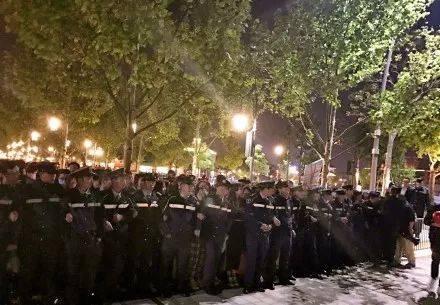 后来人墙后面的人潮开始骚动向前涌,保安继续用人肉抵挡人潮。