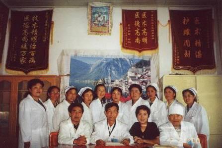 飞飞与西藏当地医务人员的合影
