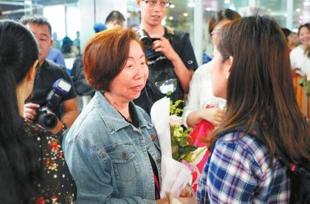 邹绍云长女邹如敏(左二)与大陆亲人相见。