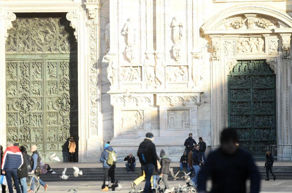 2月26日,人们在部分关闭的米兰大教堂前。图片来源:新华社 马斯科洛摄