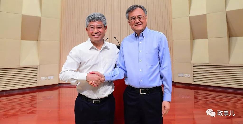 前任院长钱颖一(右)与新任院长白重恩握手合影