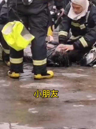 消防员化身医生 在火场救下一名男孩