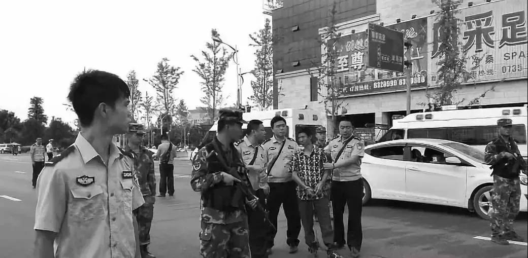 ▲2016年9月15日,汝城警方押曹再发指认驾车乱撞行人现场。(资料图)