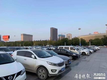 壹粉看球|鲁沪大战,鲁蜜聚集济南奥体中心,停车场一车位难求