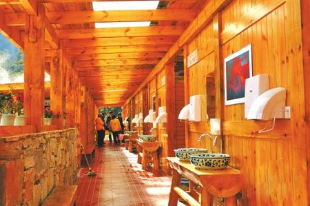 海螺沟景区厕所内部设施。新华社发