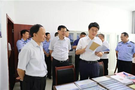 2018年8月,张辉(前排拿文件者)事情照。 济宁市当局民圆网站图