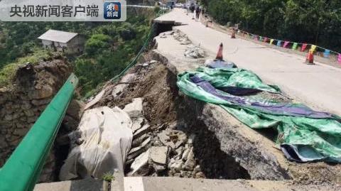 湖北秭归山体滑坡致348国道中断 没有人员伤亡
