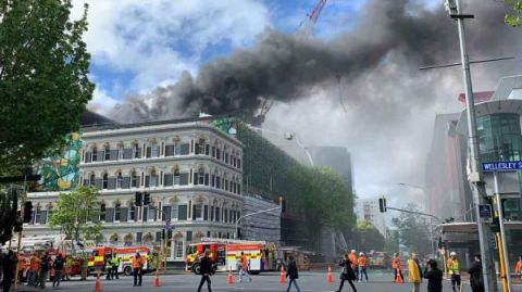 目击现场   新西兰奥克兰市中心火灾致1人重伤1人失踪