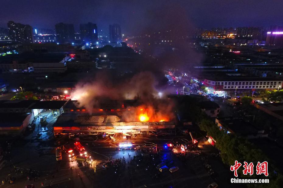 """奔驰4S店员工试车撞伤清洁工 车主""""躺枪"""":凭啥要我出保险"""