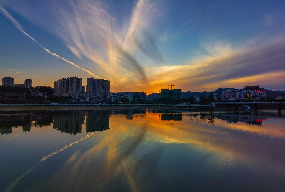 晚霞反照在流经翁源县城的滃江(4月27日摄)。新华社记者 刘大伟 摄