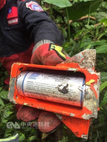 台军F-16战机失事 特搜人员找到疑似黑匣子(图)